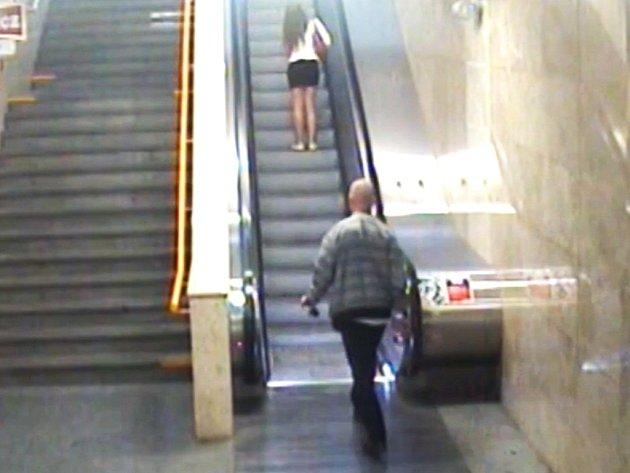 Podezřelý násilník na záznamu kamer v metru.