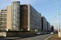 Z budovy radnice Prahy 10, kterou místní nazývají Vlasta, se úředníci budou stěhovat do nové.