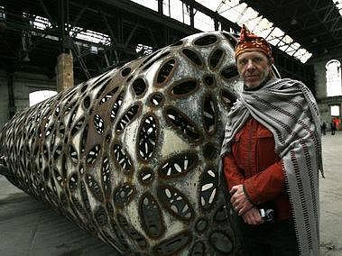 Recyklátor. Sochař Čestmír Šuška nalezl zalíbení v opracovaných kontejnerech. Lze na ně dokonce i bubnovat.