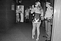 NOČNÍ PŘEPADOVKA. Na dobré mravy dohlíží v ulicích Prahy i městská policie. Kontrole se nevyhnuly ani prostitutky.