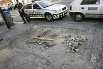 Volná plocha. Exekutoři se v pondělí ráno chystali odstranit květinový stánek z rohu ulic Na Můstku a Rytířská. Majitel se zalekl a v noci je předběhl.