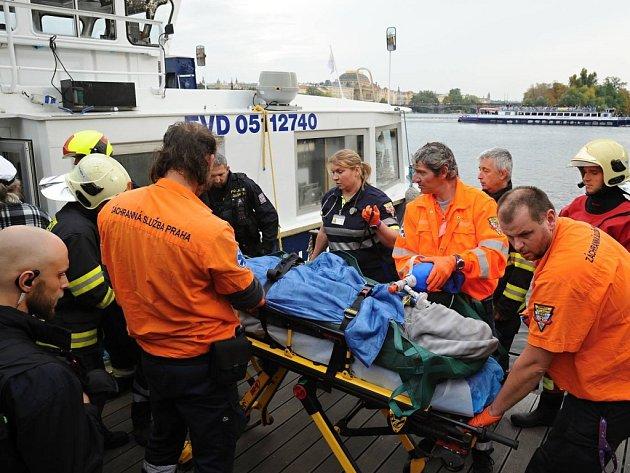 Záchrana muže, který spadl z Karlova mostu.