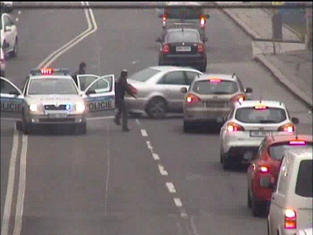 Mladík ujíždějící policii srazil chodce a naboural auta
