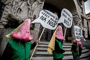 """Happening a demonstrace za čistý vzduch vPraze snázvem """"Chceme dýchat"""" proběhla  před budovou pražského magistrátu."""