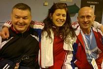 ZÁPASNICE Adéla Hanzlíčková slaví se svým trenérem Milanem Hemzou (vlevo) a poradcem Jaroslavem Zemanem.