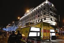 Konec starého a začátek nového roku začalo 31. prosince 2019 před 18:00 slavit v centru Prahy slavit několik tisíc lidí