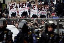 PŘED ROKEM. Neonacistům, plánujícím pochod židovskou čtvrtí na výročí křišťálové noci, se postavili jak anarchisté, tak i tisícovky obyčejných lidí. Jak dopadnou letošní protesty?