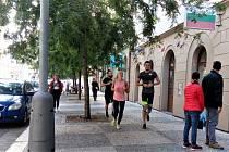 Skupiny běžců v Karlíně překážejí chodcům.