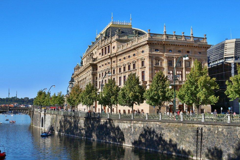 Umělci z národního divadla vám zahrají přímo z Vltavy, a to hned na třech místech.