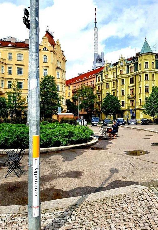 Praha 3 v rámci kampaně Žižkov není šiškov ani popelníček nainstalovala do ulic koše na nedopalky ve tvaru cigarety.