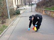 Strážník sbírá stříkačky po narkomanech v okolí metra