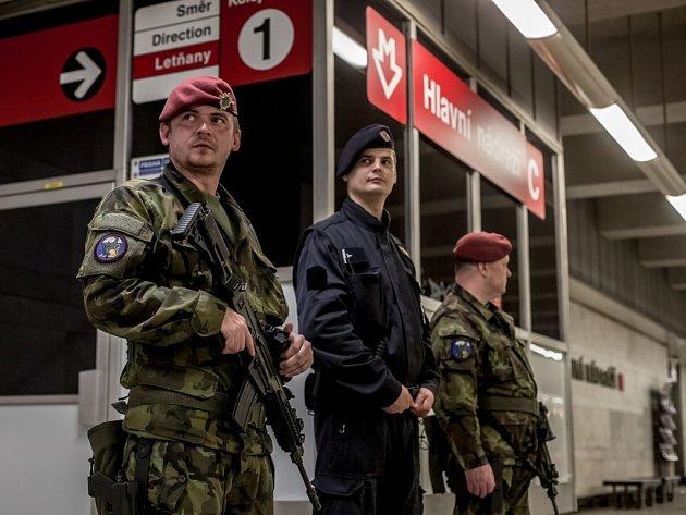 Kombinovaná hlídka policie a armády v centru Prahy v úterý 3. května 2016. Snímek je ze stanice metra Hlavní nádraží.
