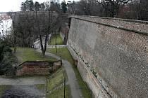 Cihlové hradby vyšehradské barokní pevnosti.