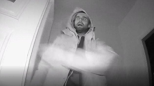 Vloupání do domu v Řehořově ulici zachytila kamera.