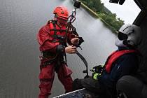 Trénink leteckých záchranářů pražských hasičů a policistů na Sečské přehradě.