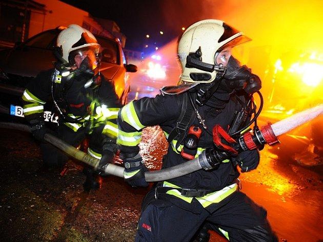 Požár haly na Praze 10.