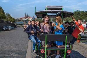 Pivní vozítka v Praze způsobují bouřlivé debaty