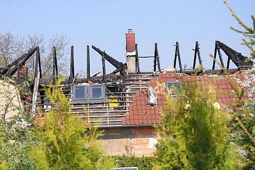 Vysokou škodu, kterou hasiči předběžně vyčíslili na sedm milionů korun, má na svědomí žhář, jenž v noci na pátek 22. dubna podpálil rekonstruovaný dvojdomek ve Zlatníkách na Praze-západ.