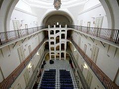 VNITŘEK MUZEA dává tušit o původním poslání budovy. Zajímavé schodiště bylo dostavěno až v 18. století, kopule s lucernou osvětlující hlavní loď je naproti tomu původní.