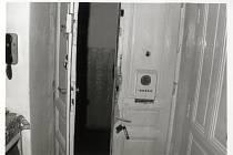 Amatér. Alespoň zpočátku si Gross počínal poměrně amatérsky, což bylo nejvíce vidět na ledabyle vypáčených dveřích, které po jeho zásahu vypadaly nějak takto. Ilustrační snímek.