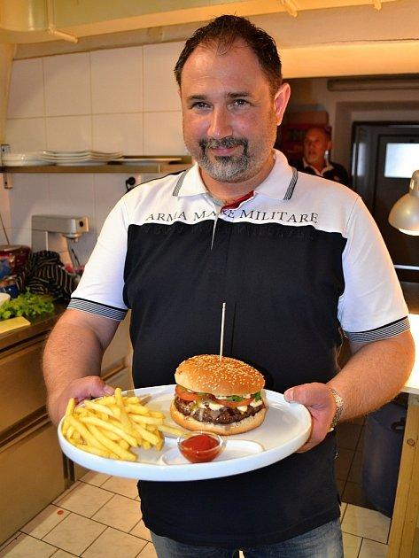 Majitel restaurace Dammas Steak house vBěchovicích David Mrkvička a jeho chlouba - hamburger.