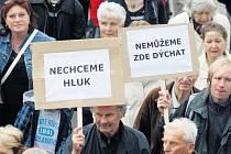 PROTI PRŮJEZDU KAMIONŮ zablokováním silnice opakovaně demonstrovali také obyvatelé Spořilova. Oprávněně si stěžují na hluk a zhoršenou kvalitu ovzduší. Také jim by odklonění dopravy výrazně pomohlo.