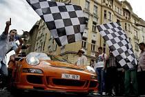 DIAMOND RACE. Česká obdoba ilegálního závodu Gummball 3000 odstartovala ve čtvrtek z Pařížské ulice.