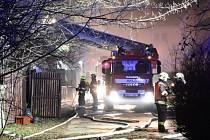 Při požáru v Čimicích vyhlásili hasiči třetí stupeň požárního poplachu.