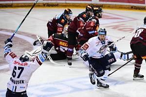 Semifinále play off hokejové Tipsport extraligy - 1. zápas: HC Sparta Praha - Bílí Tygři Liberec, 3. dubna 2021 v Praze. Jaroslav Vlach z Liberce (uprostřed) se raduje z gólu