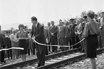 Otevření tratě. Ministr dopravy Alois Indra roku 1961 slavnostně otevřel trať spojující Radotín s Krčí a s Prahou Vršovicemi. Nová železniční trať tvořila 1. etapu přestavby celého pražského uzlu.