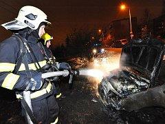 V Kyjích hořela dvě auta.