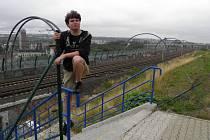 A JSOU FUČ! Měsíc po odstranění barikád se přišel na zpřístupněné schody podívat Josef Kučera, který inicioval květnovou procházku. Po betonových barikádách zbylo jediné na první pohled světlejší pruh na chodníku.