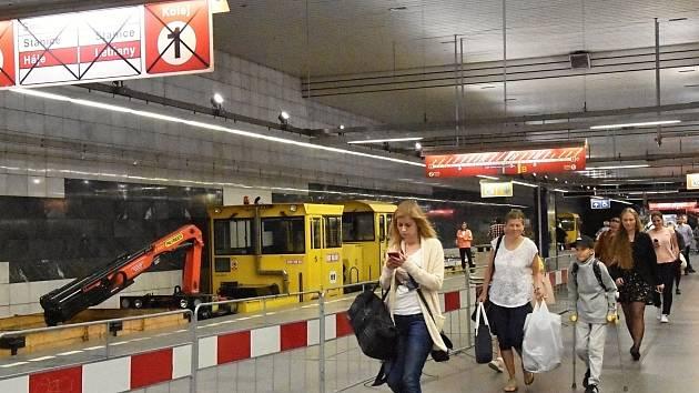 Praha (3. 7. 2017) – Dopravní podnik mění na trase C metra vysloužilé dřevěné pražce za železobetonové v kolejišti mezi stanicemi Muzeum a I. P. Pavlova. Vyžádalo si to uzavření úseku mezi stanicemi Pražského povstání a Florenc, a to od 1. do 9. června.
