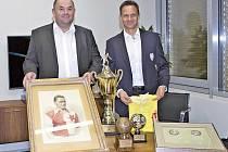 Předseda Fotbalové asociace České republiky Miroslav Pelta a generální sekretář Rudolf Řepka s relikviemi Josefa Bicana.