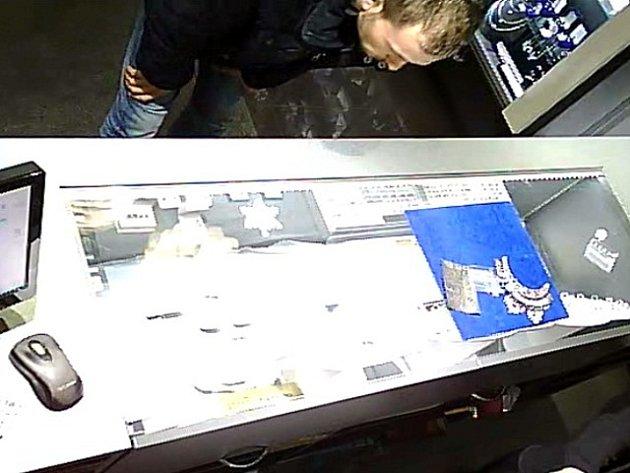 Muž podezřelý z krádeže prstenů ve zlatnictví ve Francouzské ulici v Praze 2.