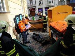 Vyproštění a marná záchrana osoby z kontejneru na textil v Praze 3.