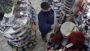 Policie hledá muže podezřelého z loupeže v trafice na Žižkově.