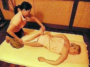 Redaktorka si na vlastní kůži vyzkoušela tradiční thajskou masáž, kterou jí udělala Thajka Anik.
