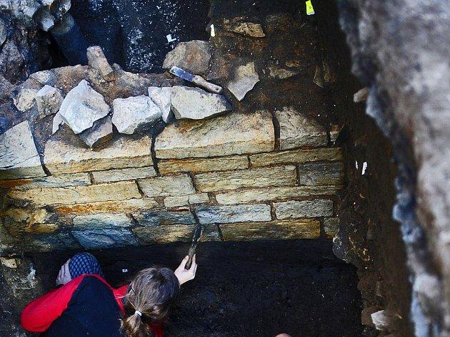 ZEĎ ROMÁNSKÉHO DOMU. Dobře dochhovaný fragment ležel dva metry pod zemí. Dům byl zničen ještě ve středověku.