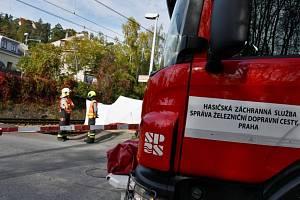 Smrtelná nehoda na trati v Černošicích.