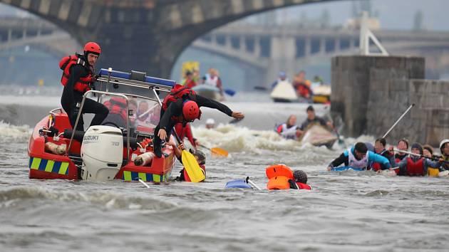 Pražští strážníci zachránili posádku pramice, která se dostala do potíží při závodu Přes tři jezy.