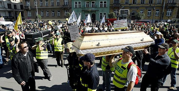 Na třicet tisíc nespokojených odborářů vyrazilo 21. září na pochod centrem Prahy. Nelíbí se jim snižování platů. Několik desítek protestujících policistů vniklo do budovy ministerstva vnitra, kde pískali a pustili trubky a sirény.