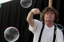 Představení pro děti s bublinami v rámci festivalu Letní Letná.