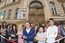 Studenti před svou školou v pražské Drtinově ulici, která má být zrušena.