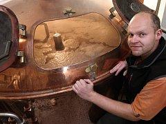 Malé pivovary nejen v Praze zažívají boom. Své o tom ví i sládek Radek Mrkos, který druhým rokem pracuje v Břevnovském klášterním pivovaru, jenž navazuje na vůbec nejstarší pivovar v Česku.