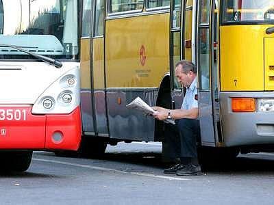 Čekání na rozhodnutí. Podle řidičů zhoršuje emulzní nafta jízdní vlastnosti autobusů.