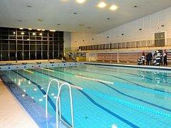 Chlor vyhnal lidi z bazénu v pražském Hloubětíně. Až do nemocnice.