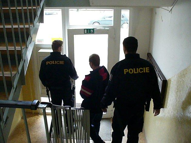 DOMŮ SE ZŘEJMĚ JEN TAK NEVRÁTÍ. Kriminalisté odvádějí zadrženého osmatřicetiletého muže z jeho bydliště.