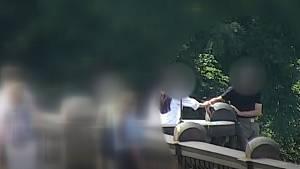 Muže po celou dobu držela za ruku náhodná kolemjdoucí, která se ho snažila uklidnit.