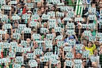 STĚHOVÁNÍ NE! Příznivci Bohemians 1905 vyjadřují pomocí plakátků svůj nesouhlas se stěhováním klubu z ďolíčku.